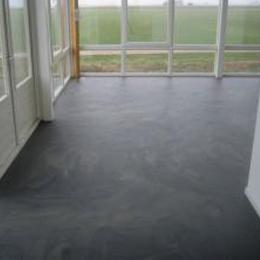 Betonlook vloer woonkamer - Berkers vloeren