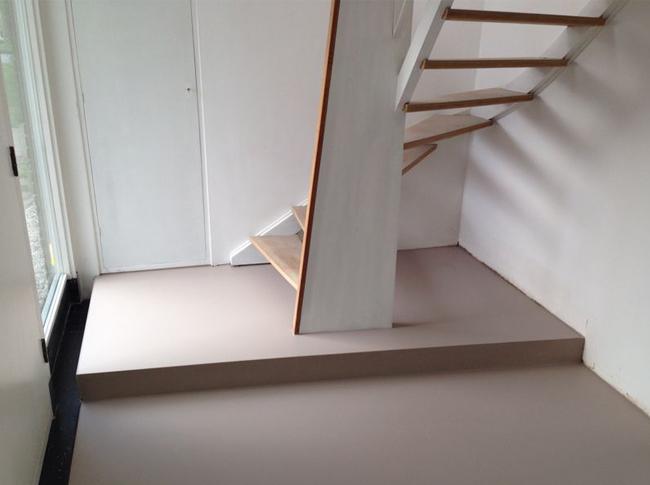Gietvloer waarvan bij de opstaande rand in dezelfde kleur een coating is toegepast