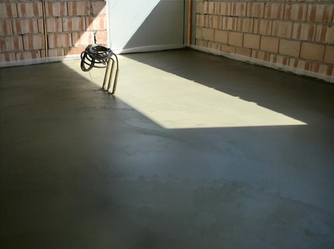 Betonlook - gepleisterde cementdekvloer in natte fase nog