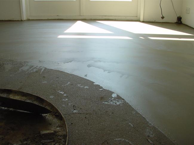 Gedeeltelijk gepleisterde cementdekvloer