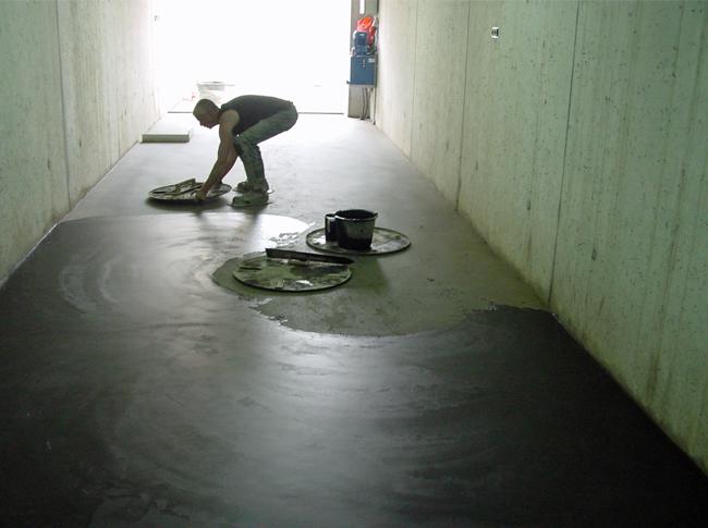 Gepleisterde cementdekvloer in realisatie