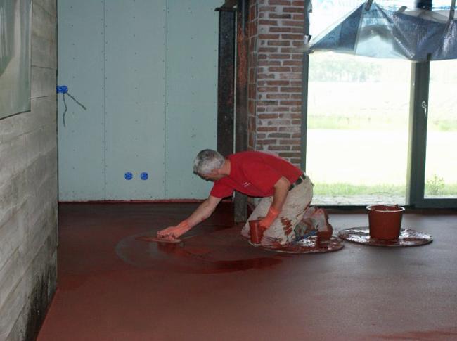 Osserode bloed gepleisterde cementdekvloer, een bijzonder project.