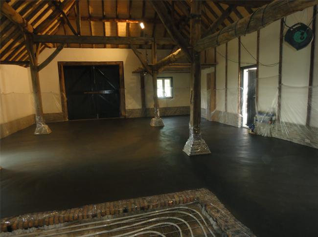 Unieke robuste betonlook vloer  te Raamsdonkveer! Woonbeton op basis van gepleisterde cementdekvloer met toplaag kleuring.