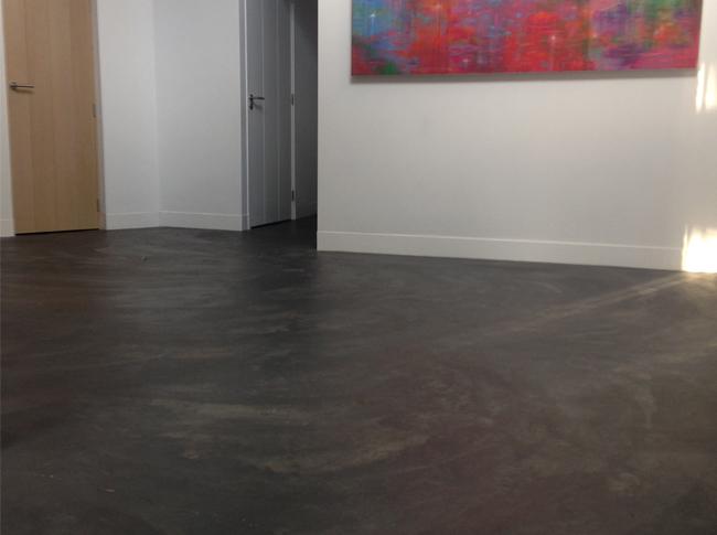 Gepleisterde cementdekvloer met scheurwerking.